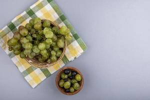 druiven op een geruite doek op een grijze achtergrond met kopie ruimte