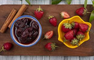 aardbeien en jam op houten achtergrond foto
