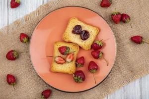 bessen en toast op een zakdoek op grijze houten achtergrond foto