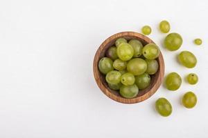druiven in een kom op witte achtergrond met kopie ruimte