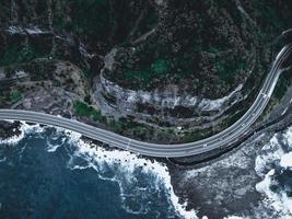 luchtfoto van een weg en een berg 's nachts