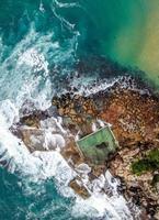 luchtfoto van een rotsachtige kust gedurende de dag