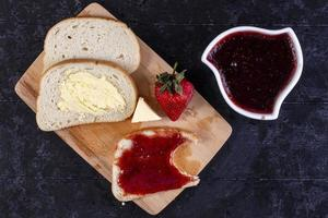 bovenaanzicht van sneetjes brood en boter foto