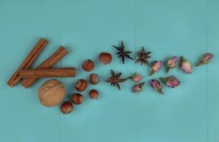 bovenaanzicht van kaneel met noten en bloemen foto