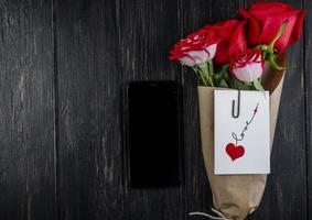 bovenaanzicht van een boeket rode rozen