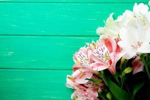 bovenaanzicht van een boeket van roze en witte kleurenbloemen