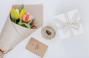 bovenaanzicht van een boeket van kleurrijke tulp bloemen foto