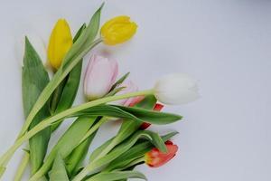 bovenaanzicht van een boeket van kleurrijke tulp bloemen