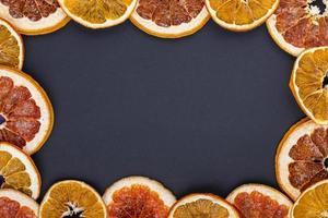 bovenaanzicht van een frame gemaakt van gedroogde schijfjes sinaasappel