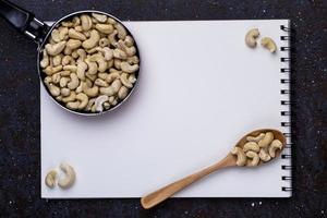 bovenaanzicht van schetsboek en pistachenoten foto