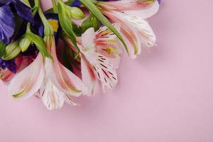 bovenaanzicht van een boeket van donkerpaarse bloemen