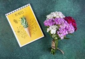 bovenaanzicht van een boeket van kleurrijke bloemen