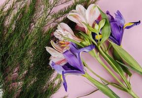 bovenaanzicht van een boeket paarse bloemen