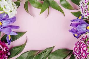 bovenaanzicht van een frame gemaakt van bloemen foto