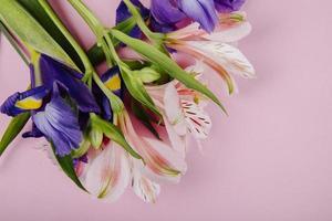 bovenaanzicht van een boeket van donkerpaarse en roze bloemen