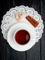 bovenaanzicht van een kopje thee met kaneelstokjes