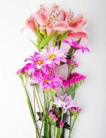bovenaanzicht van een boeket roze bloemen