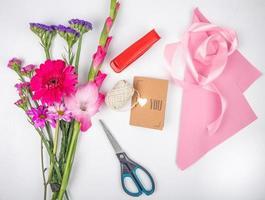 bovenaanzicht van een boeket roze bloemen foto