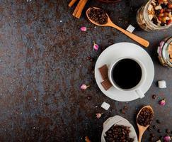 bovenaanzicht van een kopje koffie met chocolade