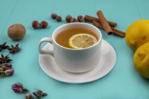 zijaanzicht van een kopje thee met citroen foto