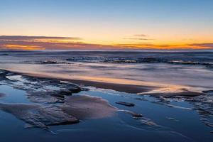 lange blootstelling van een zonsondergang op een strand