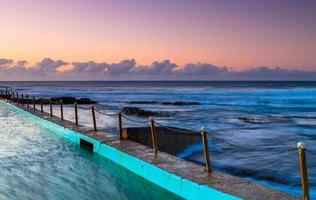 zonsondergang vanaf een dok aan zee