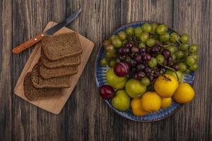 bovenaanzicht van roggebrood sneetjes en mes op snijplank
