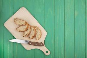 bovenaanzicht van gesneden croissant met mes foto