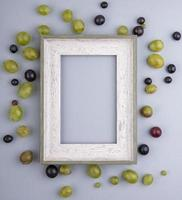 bovenaanzicht van bessen rond frame op grijze achtergrond met kopie ruimte foto