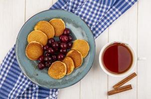 bovenaanzicht van pannenkoeken met kersen foto