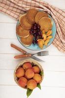 bovenaanzicht van pannenkoeken met kersen en abrikozenstukjes