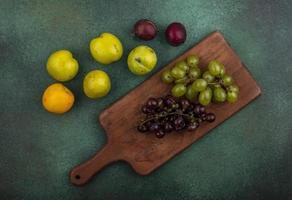 bovenaanzicht van druiven op snijplank
