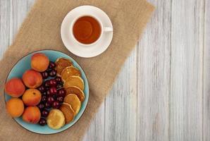 bovenaanzicht van pannenkoeken met kersen en abrikozen