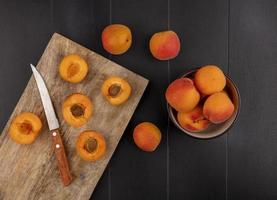bovenaanzicht van abrikozen op snijplank foto