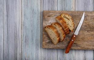 bovenaanzicht van gesneden stokbrood met mes foto