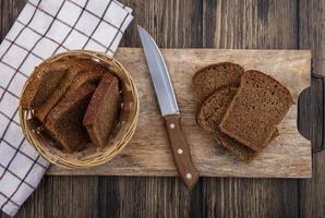 bovenaanzicht van sneetjes roggebrood in de mand
