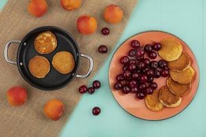 bovenaanzicht van pannenkoeken in de pan