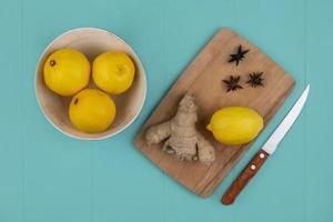 bovenaanzicht van citroen met gember op snijplank foto