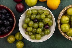 bovenaanzicht van druivenbessen in kommen foto