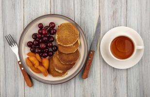 bovenaanzicht van pannenkoeken met abrikozenplakken