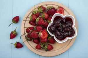 bovenaanzicht van verse aardbeien met een aardbeienjam foto
