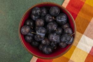 bovenaanzicht van kleine zure blauwzwarte fruitslaesjes foto