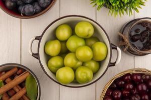 bovenaanzicht van verse groene kersenpruimen