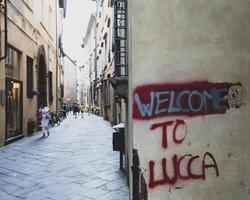 lucca, Italië, 2020 - graffiti op de muur van de stad