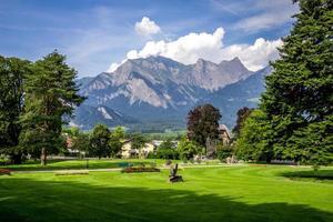 bad ragaz, zwitserland, 2020 - gouden koers met de Zwitserse Alpen in de verte foto