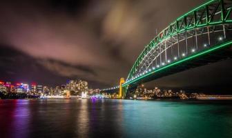Sydney, Australië, 2020 - Groene brug over een watermassa 's nachts