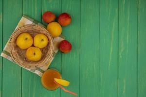 bovenaanzicht van verse gele perziken