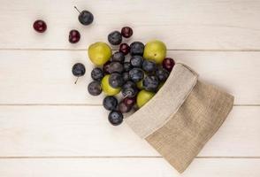 bovenaanzicht van vers fruit dat uit een jutezak valt foto