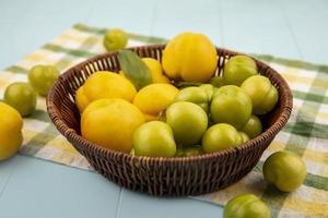 bovenaanzicht van verse gele perziken in een mand foto