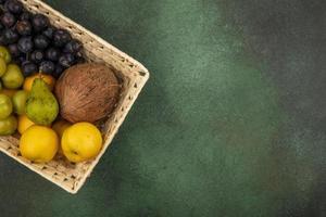 bovenaanzicht van vers fruit in een mand foto